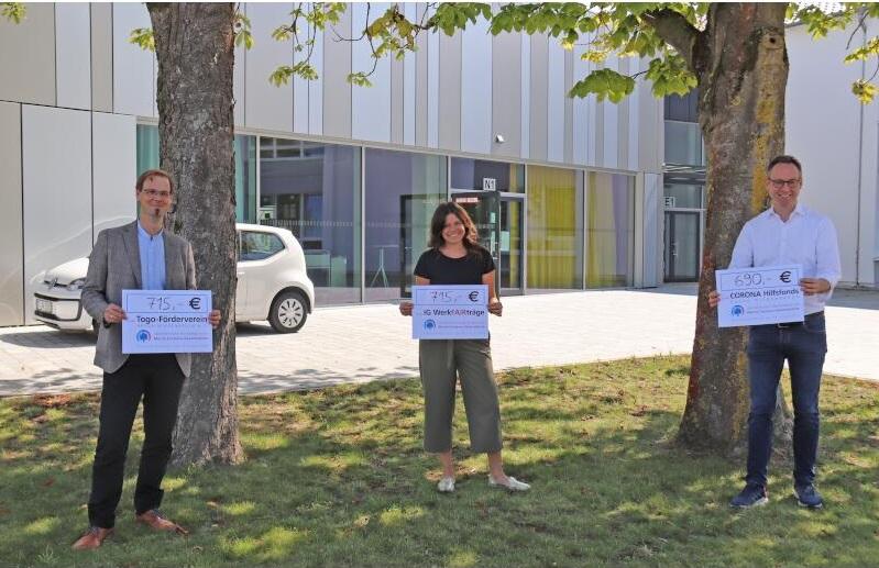 v.l: Spenden für den guten Zweck: Dominik Heikel und Katharina Schlotmann (Gesamtschule) überreichen Bürgermeister Theo Mettenborg symbolisch die Spende für den Corona Hilfsfonds der Stadt.